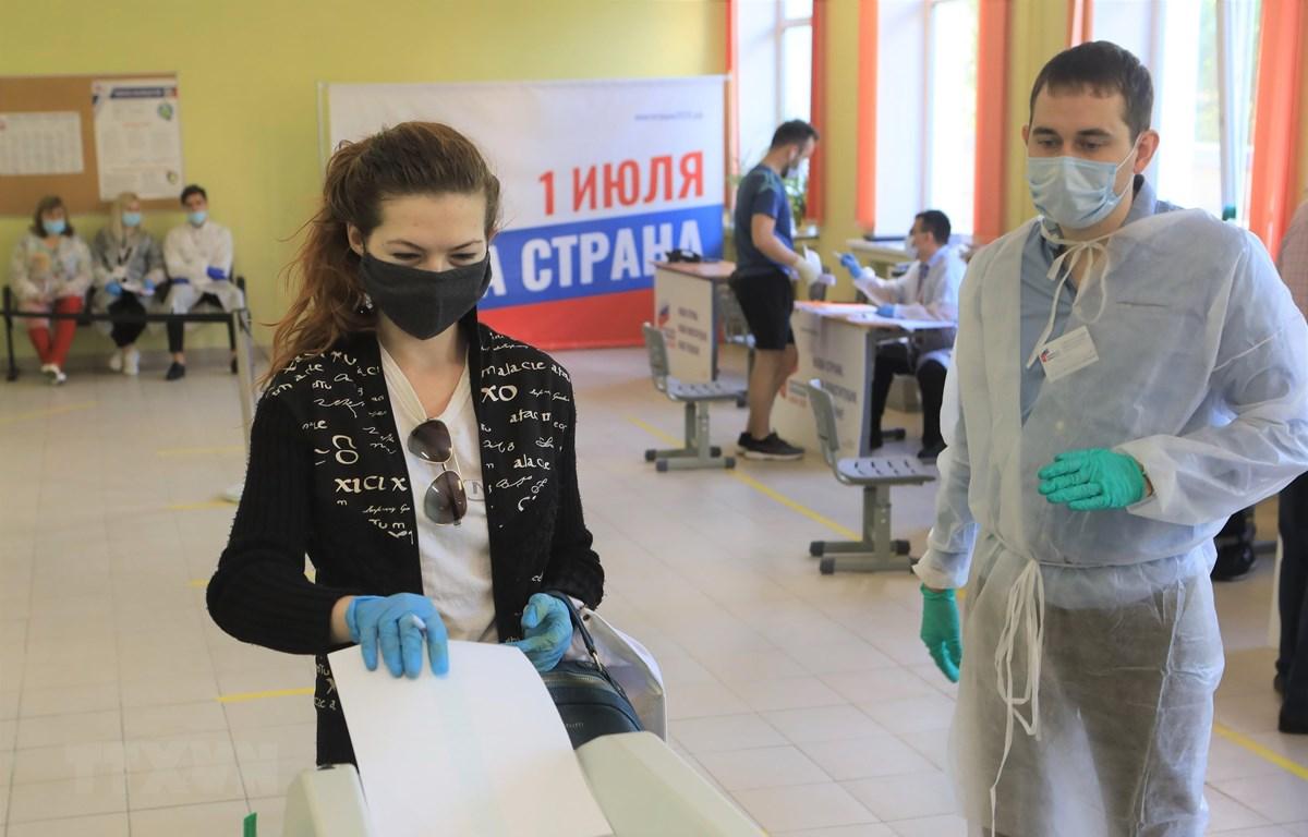Người dân Nga bỏ phiếu cho việc sửa đổi Hiến pháp tại điểm bỏ phiếu 2167, quận Gagarin, thủ đô Moskva. (Ảnh: Trần Hiếu/TTXVN)