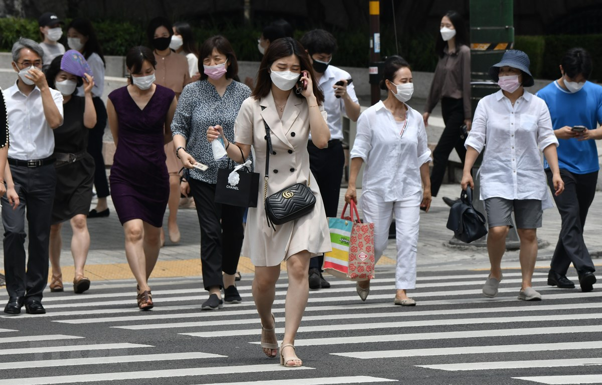 Người dân đeo khẩu trang phòng lây nhiễm COVID-19 tại Seoul, Hàn Quốc. (Ảnh: AFP/TTXVN)