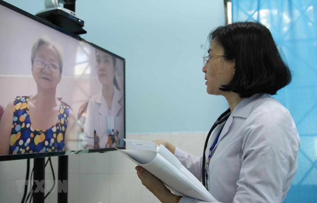 Bác sỹ Nguyễn Thị Thương, Trạm trưởng Trạm Y tế phường 16, quận Gò Vấp khám bệnh từ xa cho bệnh nhân. (Ảnh: Đinh Hằng/TTXVN)
