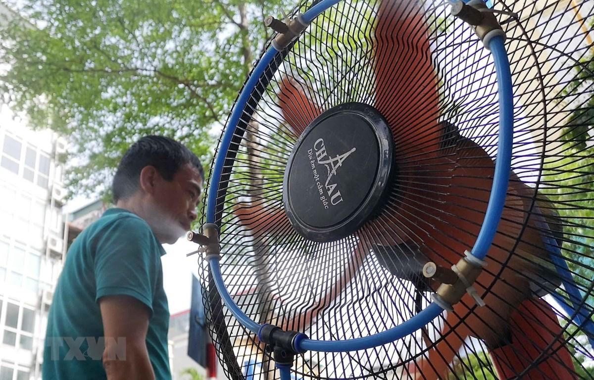 Quạt máy được lắp thêm bộ hơi nước để giảm nhiệt, làm mát. (Ảnh: Thanh Tùng/TTXVN)