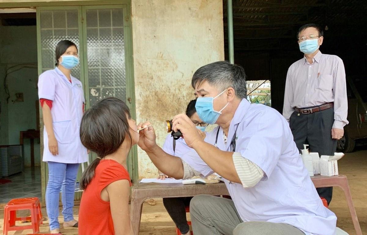 Ngành y tế tỉnh Gia Lai thực hiện khám sàng lọc cho người dân tại làng Bông Hiot, xã Hải Yang, huyện Đak Đoa- nơi có ca bệnh bạch hầu tử vong. (Ảnh: Quang Thái/TTXVN)