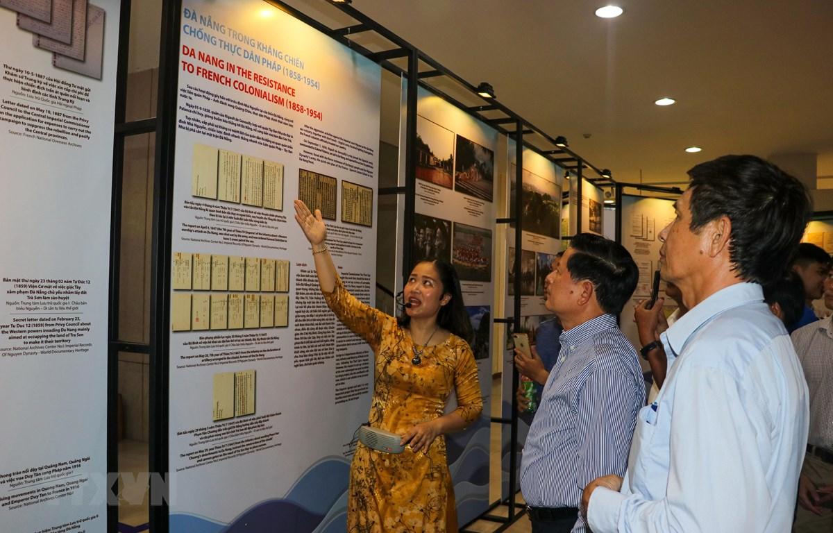 Đại biểu tham quan triển lãm 'Đô thị biển Đà Nẵng qua tài liệu lưu trữ.' (Ảnh: Trần Lê Lâm/TTXVN)