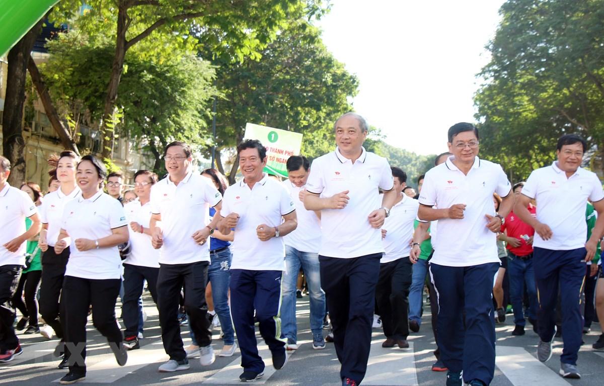 Lãnh đạo Thành phố Hồ Chí Minh và Ủy ban Olympic Việt Nam chạy phát động Ngày chạy Olympic vì sức khỏe toàn dân. (Ảnh: Tiến Lực/TTXVN)