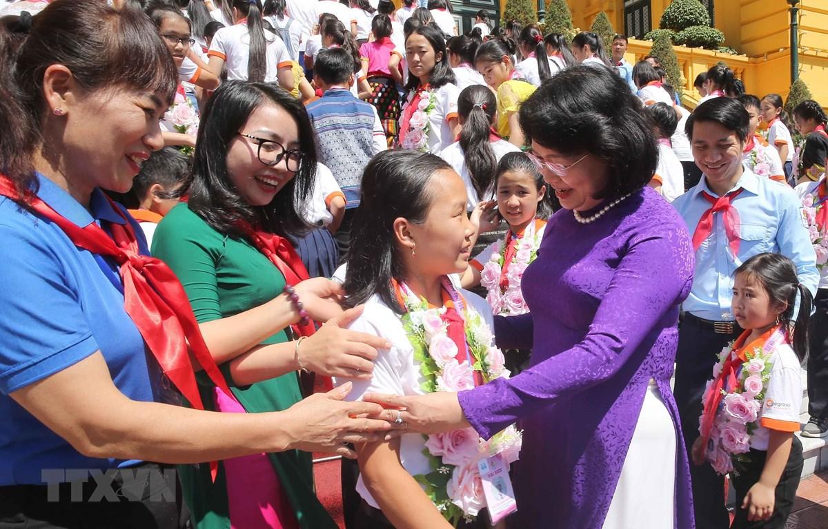 Phó Chủ tịch nước Đặng Thị Ngọc Thịnh với Đại biểu cháu ngoan Bác Hồ tỉnh Nghệ An. (Ảnh: Doãn Tấn/TTXVN)