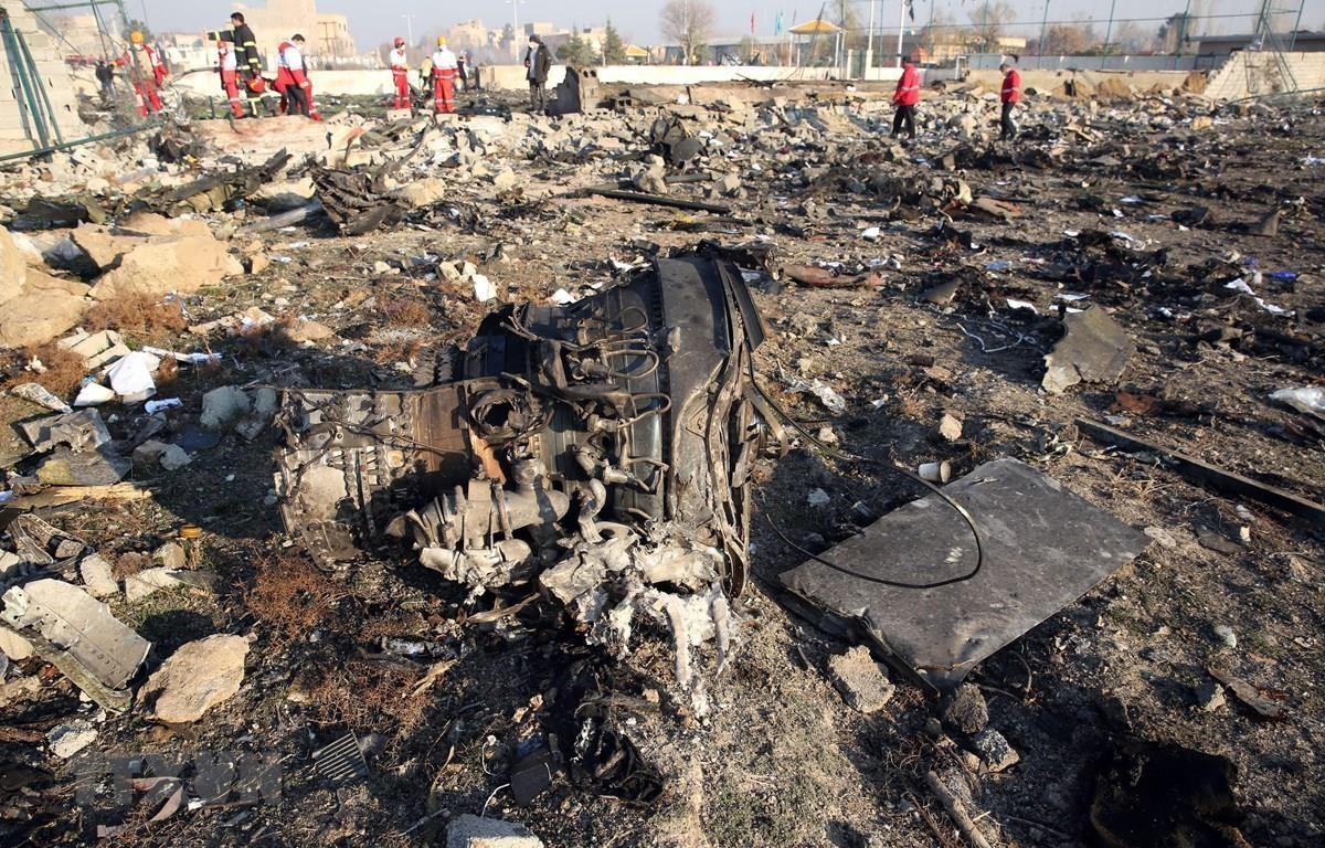 Hiện trường vụ rơi máy bay chở khách của Hãng hàng không quốc tế Ukraine ở gần Tehran, Iran ngày 8/1. (Ảnh: AFP/TTXVN)