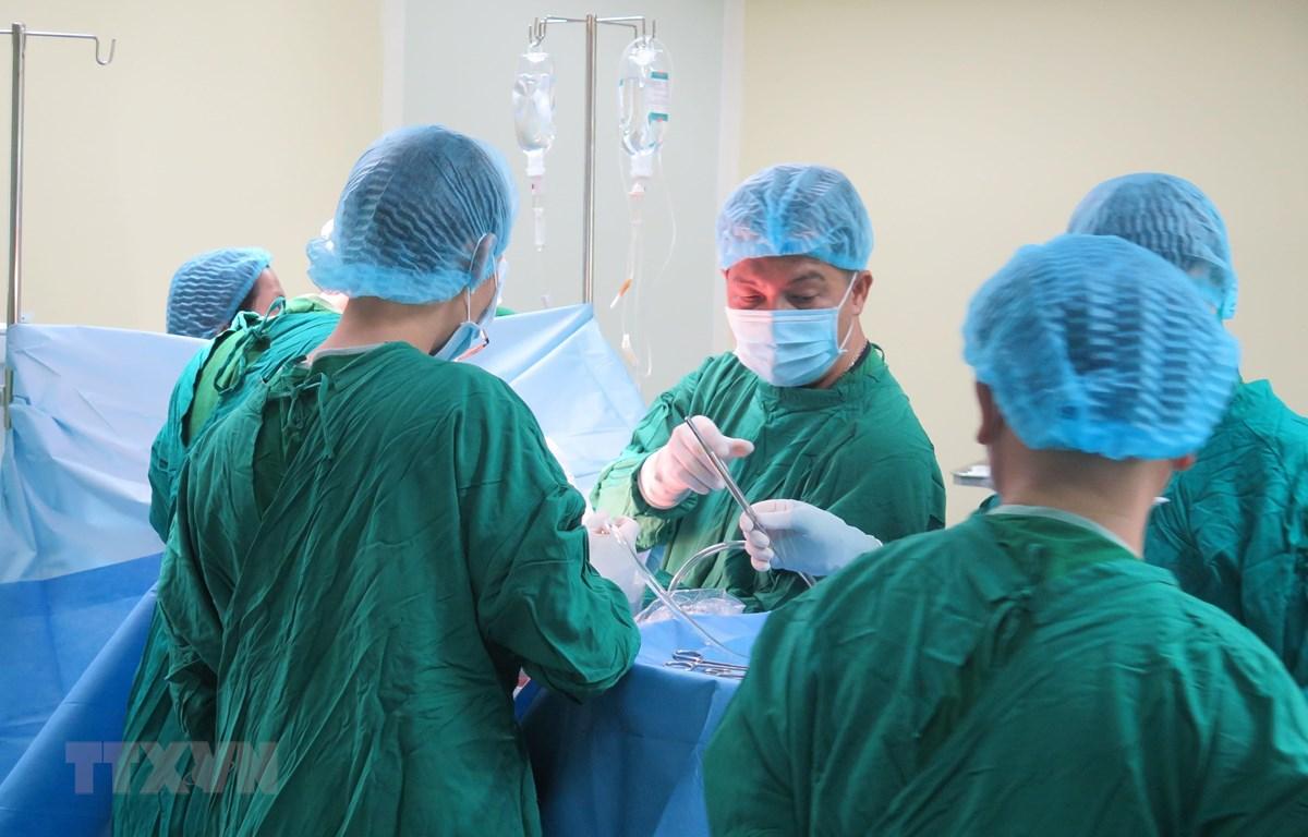 Nạn nhân Lò Thị Nam (36 tuổi, trú Thường Xuân, Thanh Hóa) được các bác sỹ phẫu thuật lồng ngực. (Ảnh: Dư Toán/TTXVN)