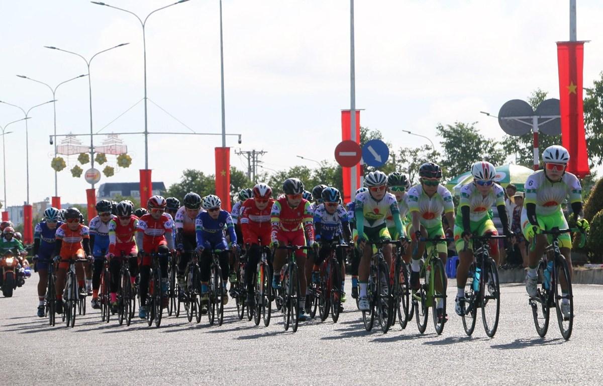 Các vận động viên thi đấu chặng đầu tiên quanh đường Tân lộ Kiều Lương (thành phố Châu Đốc, An Giang), cự ly 45,6km. (Ảnh: Công Mạo/TTXVN)
