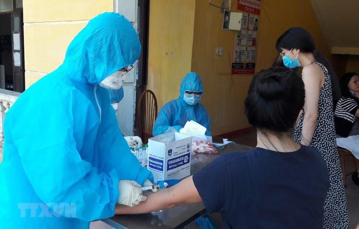 Lấy máu xét nghiệm cho công dân về cách ly tập trung. (Ảnh: Nguyễn Chinh/TTXVN)