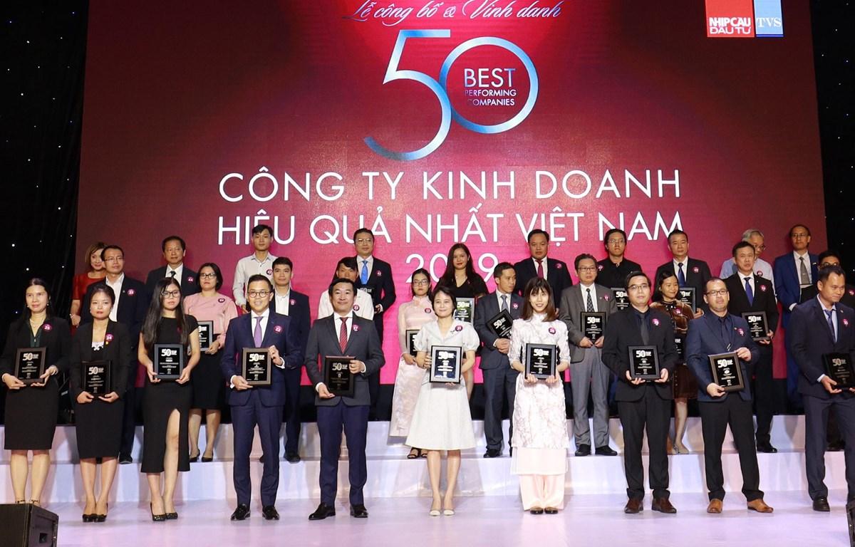 Ông Đỗ Thanh Tuấn, Giám đốc Đối ngoại Công ty Vinamilk (hàng đầu, thứ 5 từ trái sang) tại Lễ vinh danh 'Top 50 công ty kinh doanh hiệu quả nhất Việt Nam.'