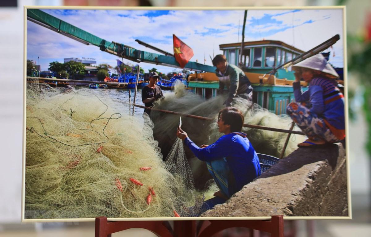 Hình cuộc sống thường nhật của ngư dân Việt Nam được giới thiệu tại triển lãm. (Ảnh: Trần Hiếu/TTXVN)