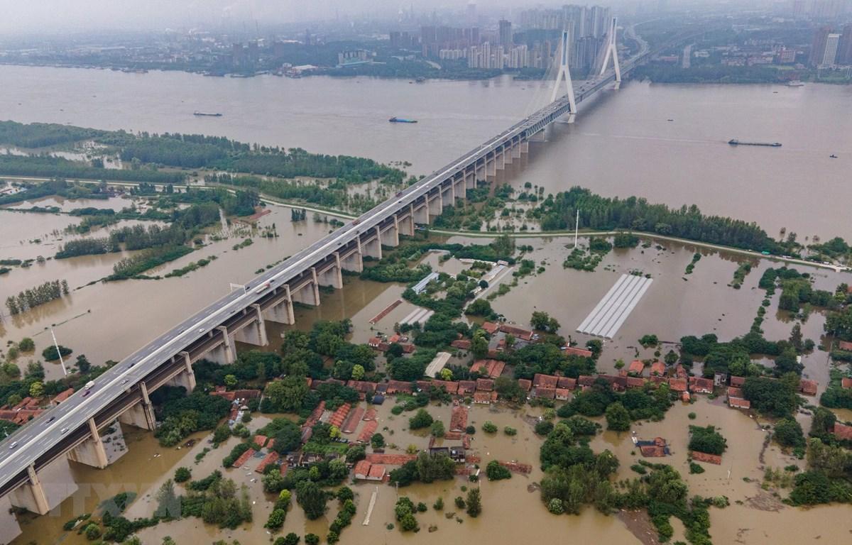 Cảnh tượng ngập lụt do mưa lớn tại Vũ Hán, Trung Quốc ngày 13/7. (Ảnh: AFP/TTXVN)