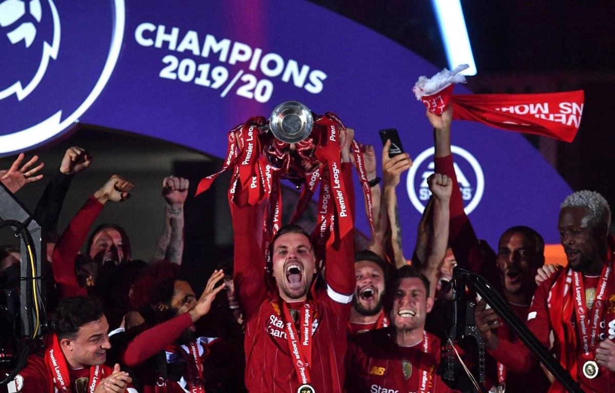 Liverpool nâng cao chiếc cúp vô địch mà họ đã phải chờ đợi suốt 30 năm qua. (Nguồn: Getty Images)