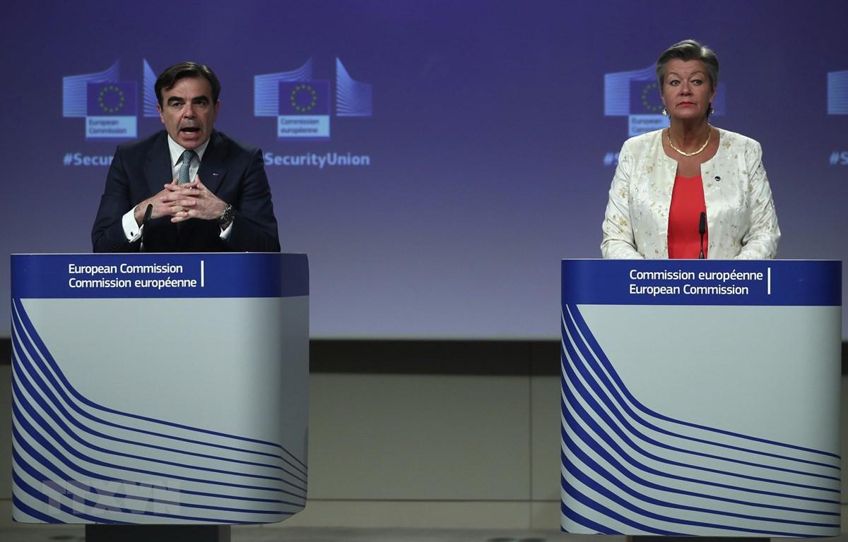 Ủy viên Nội vụ châu Âu Ylva Johansson (phải), Phó Chủ tịch Ủy ban Châu Âu Margaritis Schinas (trái) tại cuộc họp báo ở Brussels, Bỉ, ngày 24/7. (Ảnh: AFP/TTXVN)