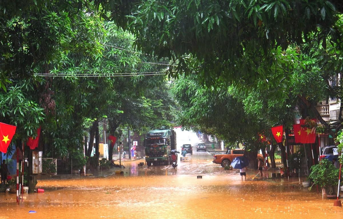 Nhiều tuyến đường ở thành phố Hà Giang bị chìm sâu trong nước do mưa lớn hồi tuần trước. (Ảnh: Minh Tâm/TTXVN)