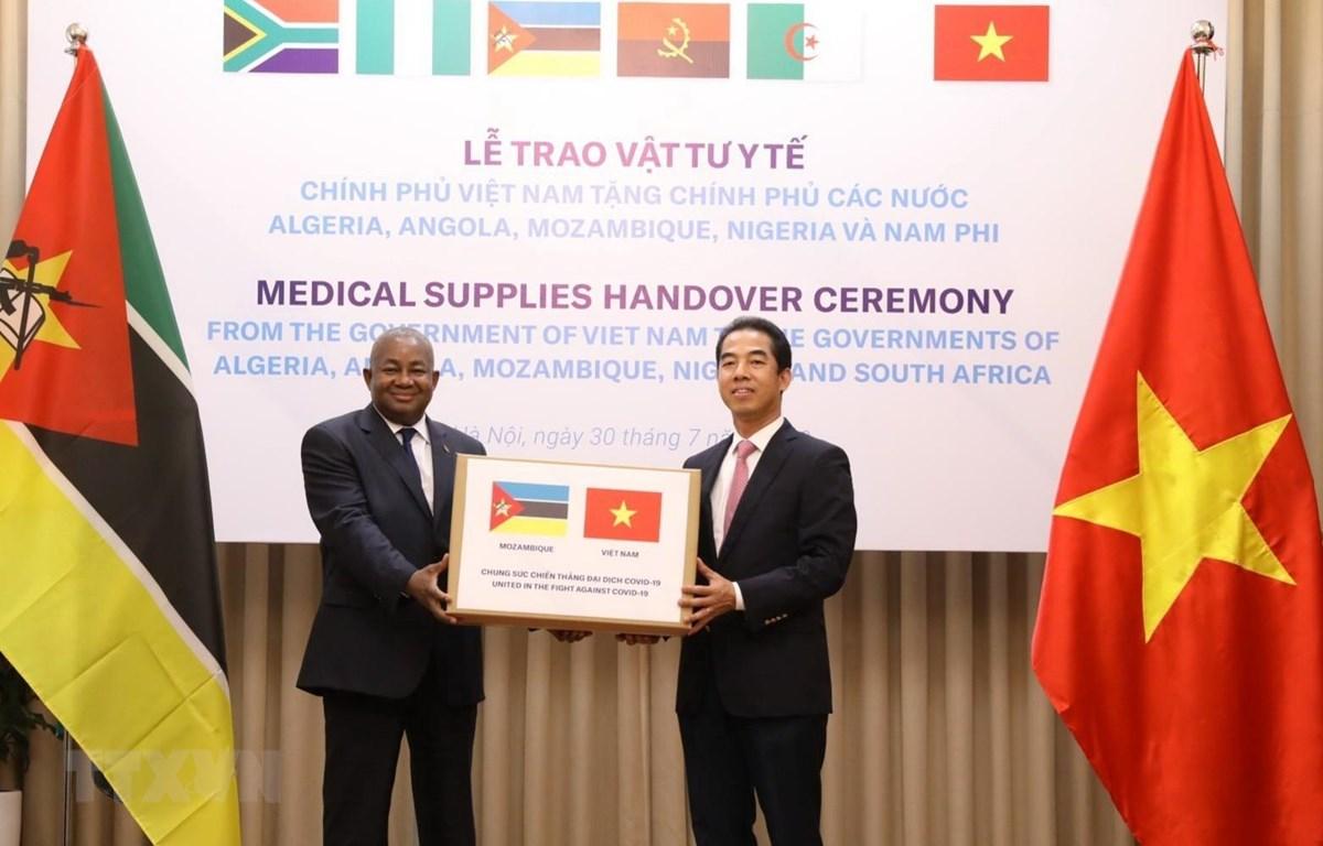 Thứ trưởng Bộ Ngoại giao Tô Anh Dũng trao tượng trưng vật tư y tế hỗ trợ Mozambique phòng, chống dịch Covid-19. (Ảnh: Văn Điệp/TTXVN)