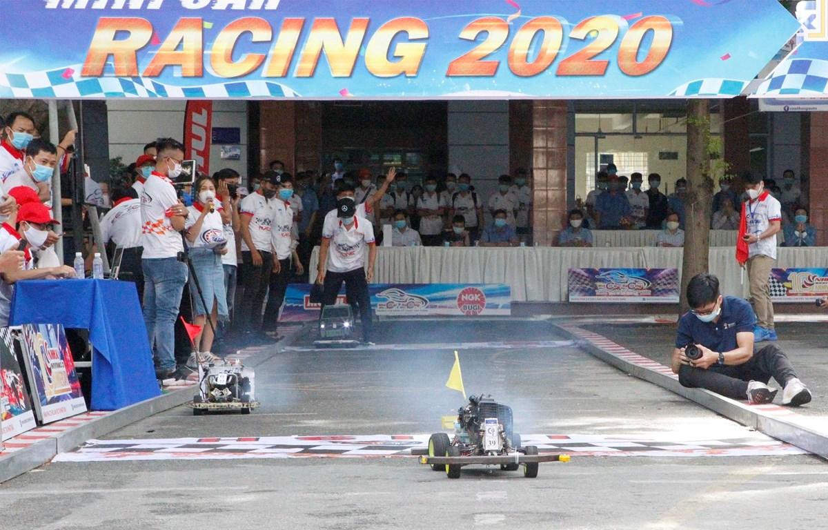 Các đội tranh tài tại vòng chung kết cuộc đua xe ôtô mô hình tự chế - Mini Car Racing 2020. (Ảnh: Thanh Vũ/TTXVN)