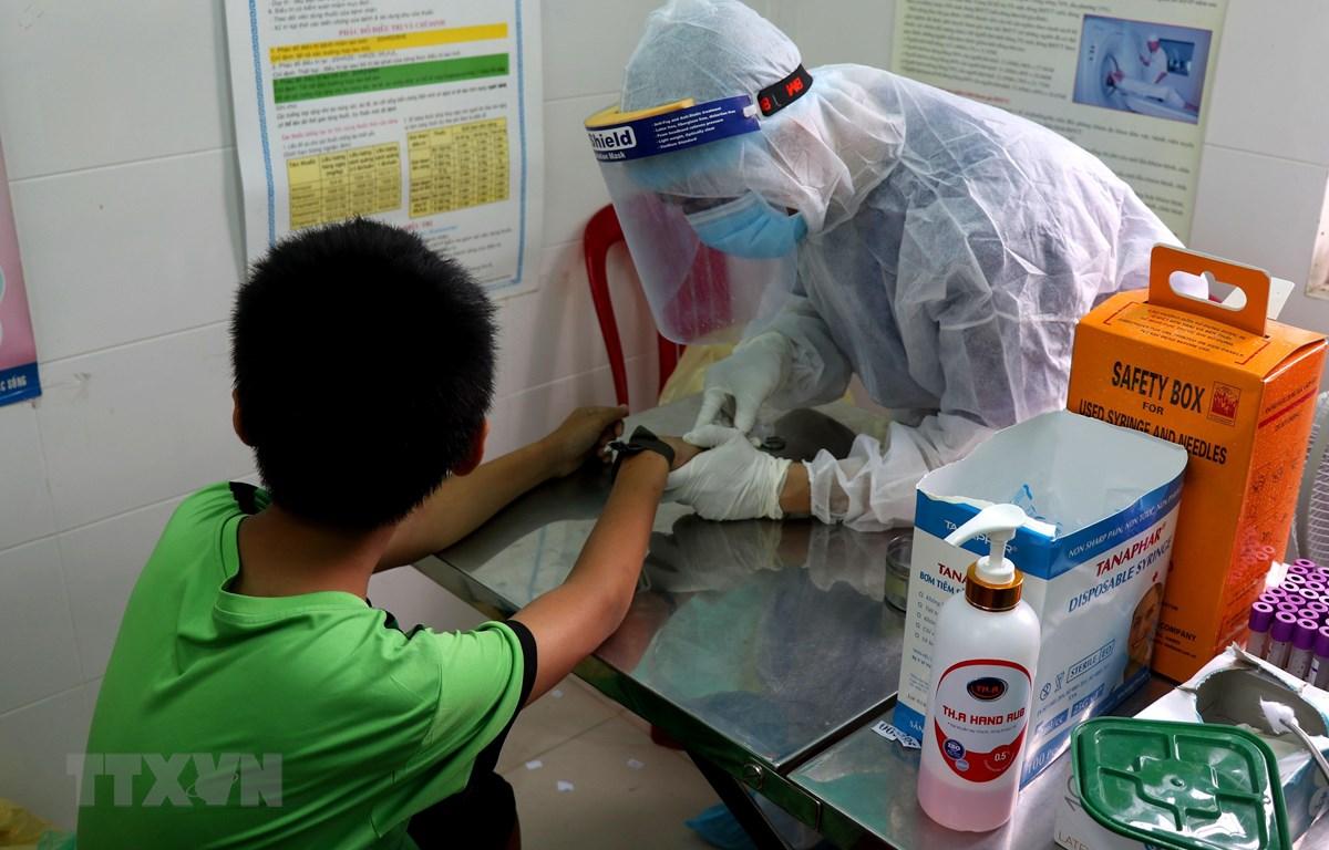 Thừa Thiên-Huế tổ chức xét nghiệm nhanh cho người trở về từ vùng dịch. (Ảnh: Tường Vi/TTXVN)