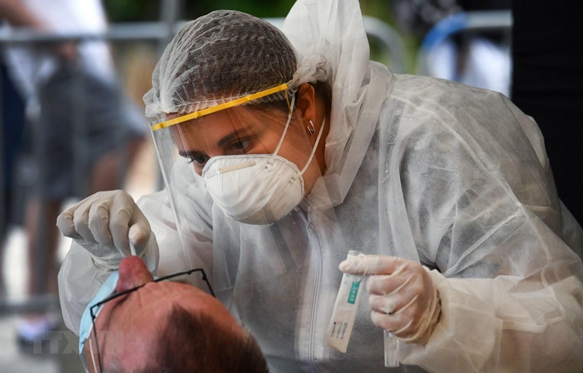 Nhân viên y tế lấy mẫu xét nghiệm COVID-19 tại Quiberon, Pháp. (Ảnh: AFP/TTXVN)
