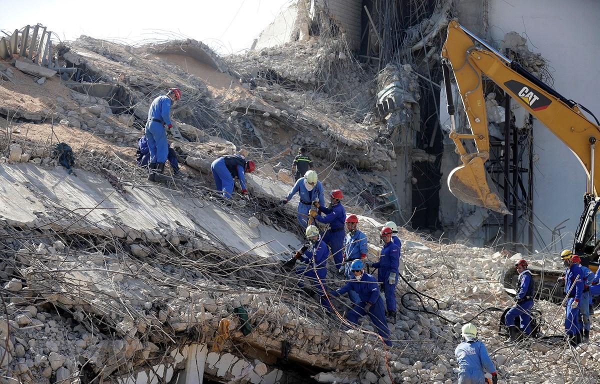Nhân viên cứu hộ tìm kiếm nạn nhân dưới đống đổ nát sau vụ nổ ở cảng Beirut, Liban, ngày 7/8/2020. (Ảnh: AFP/TTXVN)