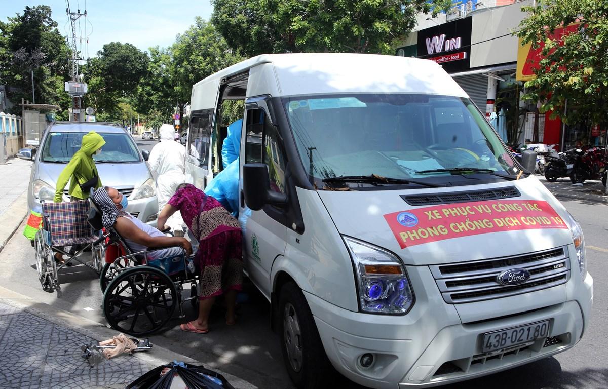 'Chuyến xe nghĩa tình giá 0 đồng' hỗ trợ chở người bệnh về nhà miễn phí. (Ảnh: Trần Lê Lâm/TTXVN)