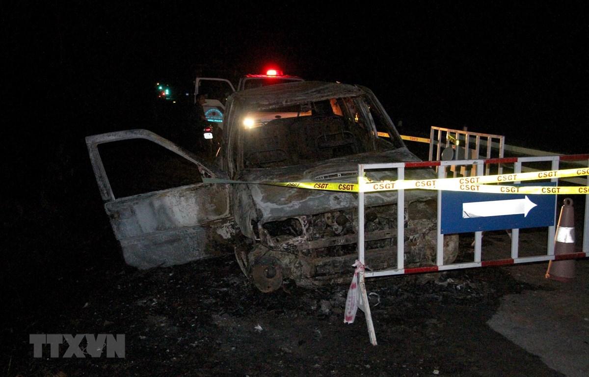 Hiện trường vụ việc có nhiều xác pháo vương vãi, chiếc ôtô 7 chỗ cháy chỉ còn trơ lại khung. (Ảnh: Văn Tý/TTXVN)