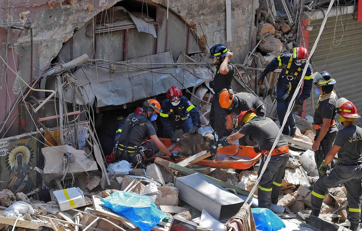 Lực lượng cứu hộ tìm kiếm nạn nhân dưới đống đổ nát sau vụ nổ kinh hoàng ở Beirut, Liban ngày 6/8/2020. (Ảnh: AFP/TTXVN)