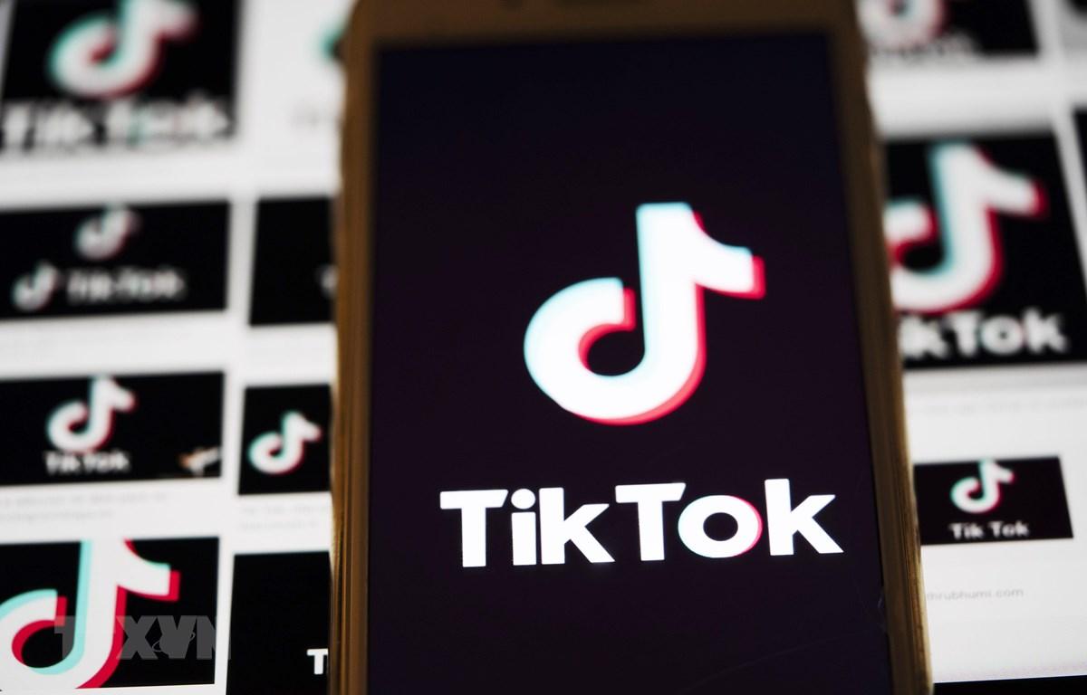 Biểu tượng TikTok trên một màn hình điện thoại ở bang Virginia, Mỹ. (Ảnh: THX/TTXVN)