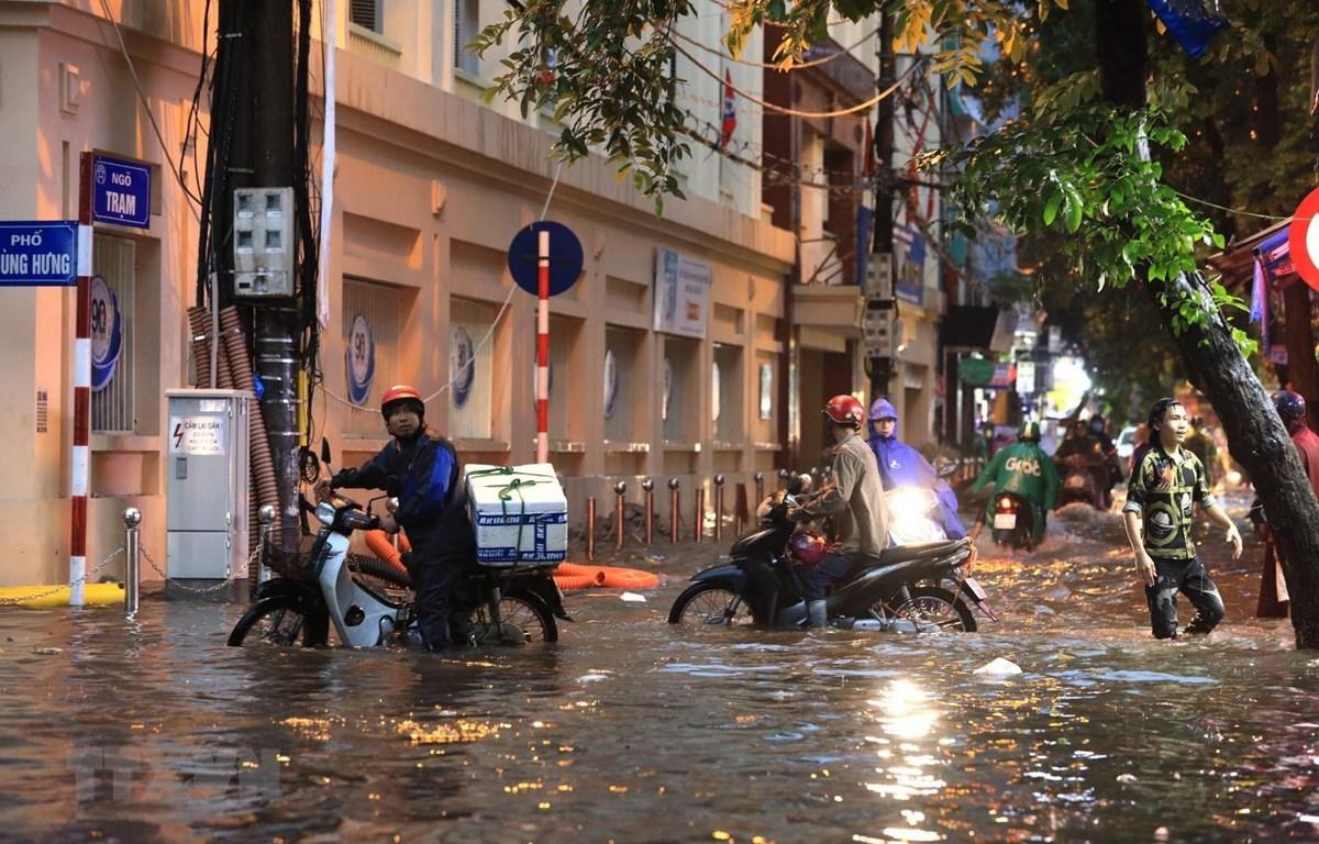 Mưa lớn gây ngập úng trên phố Phùng Hưng-Ngõ Trạm hôm 17/8. (Ảnh: Thành Đạt/TTXVN)