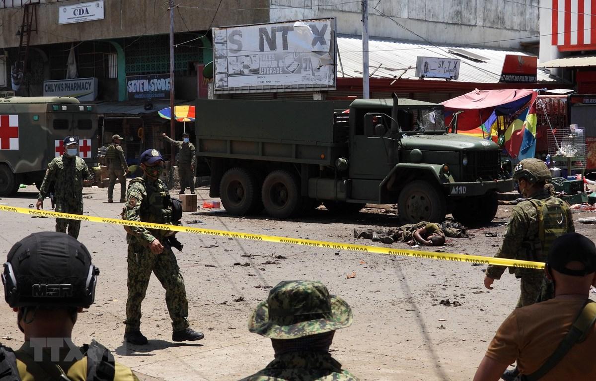 Cảnh sát phong tỏa hiện trường vụ nổ ở Philippines hôm 24/8. (Ảnh: AFP/TTXVN)