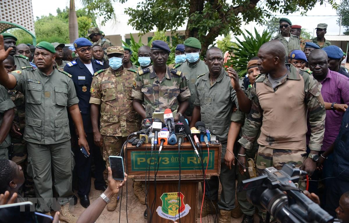 Phát ngôn viên của lực lượng binh biến ở Mali, Thiếu tá Ismael Wague (giữa) trong cuộc họp báo tại Kati, gần Bamako (Mali) ngày 19/8. (Ảnh: THX/TTXVN)