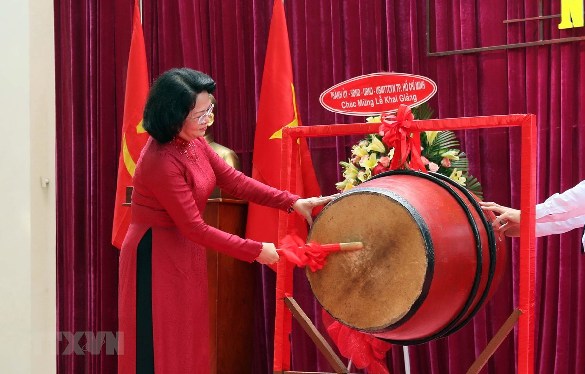 Phó Chủ tịch nước Đặng Thị Ngọc Thịnh đánh trống khai giảng năm học mới tại Trường Trung học Phổ thông Lê Quý Đôn. (Ảnh: Thu Hoài/TTXVN)