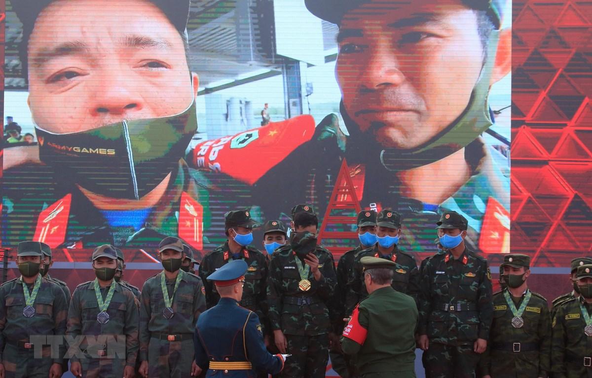 Khoảnh khắc xúc động khi đội tuyển xe tăng Việt Nam chiến thắng tại trận chung kết bảng 2 nội dung Xe tăng hành tiến và giành Cúp luân lưu Tank Biathlon 2020. (Ảnh: Trần Hiếu/TTXVN)