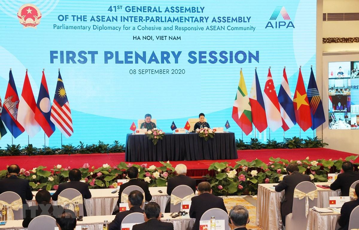 Chủ tịch Quốc hội Nguyễn Thị Kim Ngân, Chủ tịch AIPA 41 và Phó Chủ tịch Thường trực Quốc hội Tòng Thị Phóng, Trưởng đoàn Đại biểu Quốc hội Việt Nam tại AIPA điều hành Phiên toàn thể thứ nhất Đại hội đồng AIPA 41. (Ảnh: TTXVN)