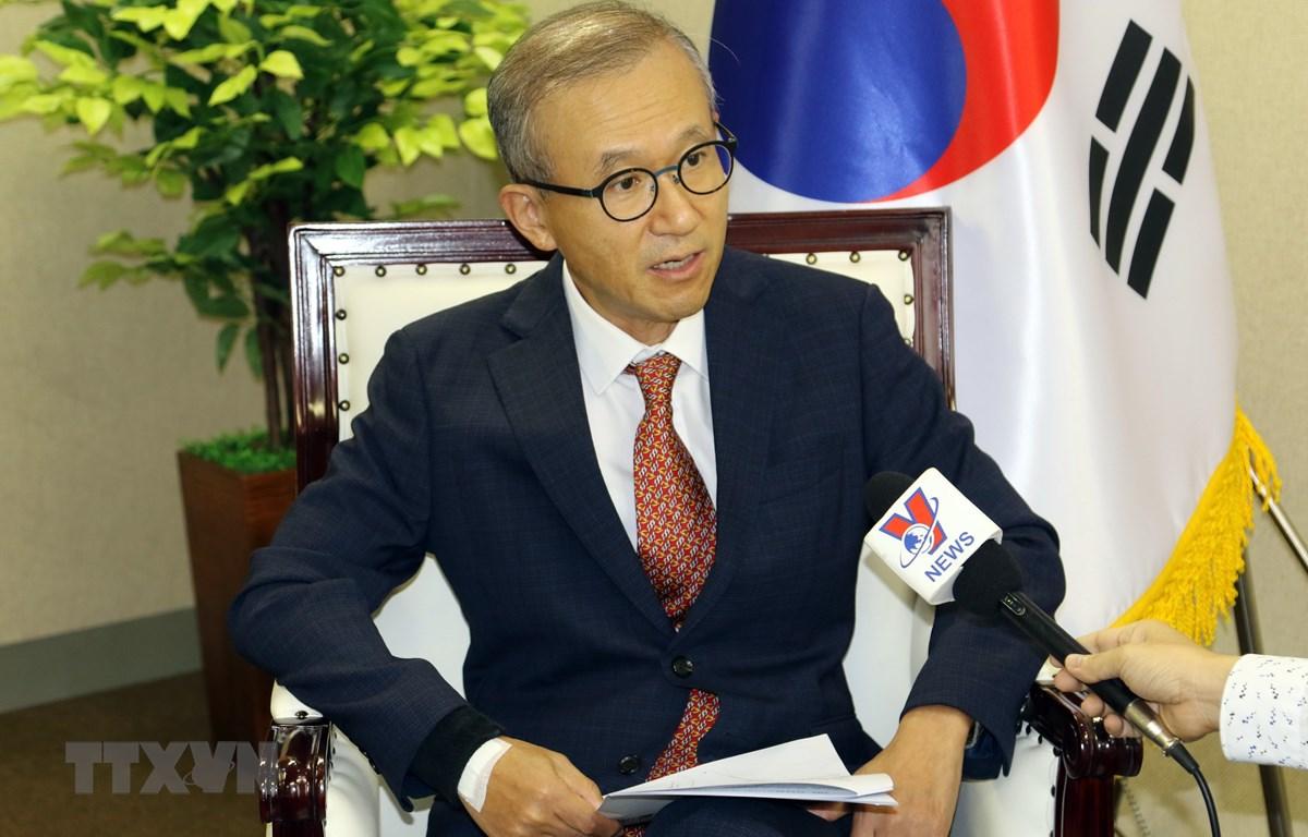 Đại sứ Hàn Quốc tại ASEAN Lim Sungnam trả lời phóng viên TTXVN. (Ảnh: Hải Ngọc/TTXVN)