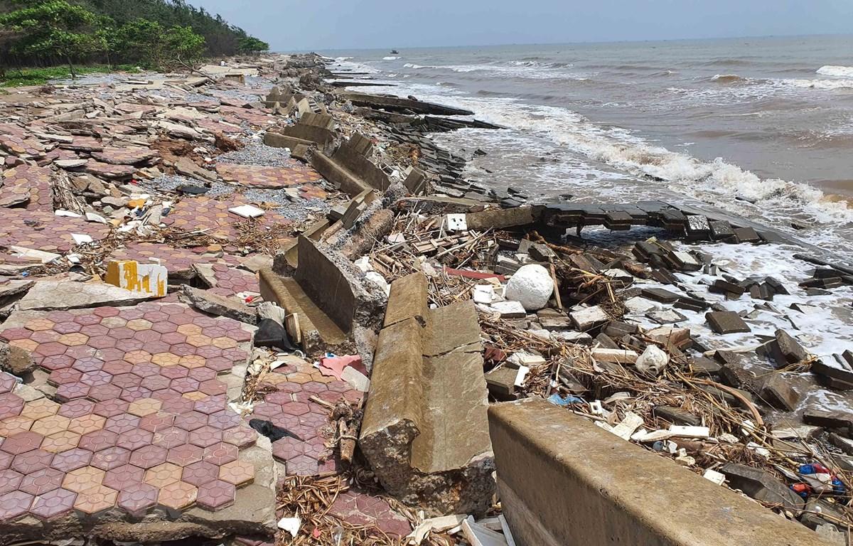 Gần 1km bờ kè bảo vệ khu du lịch sinh thái Rạng Đông bị sóng đánh tan hoang. (Ảnh: Công Luật/TTXVN)