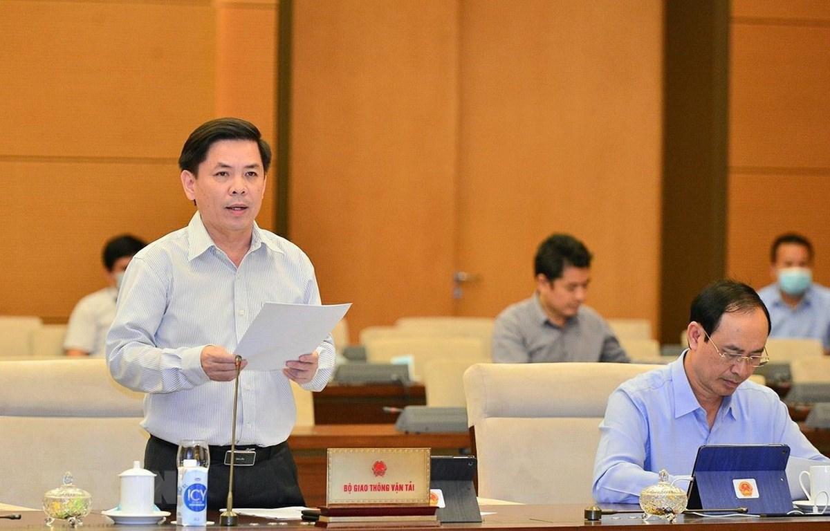Bộ trưởng Bộ Giao thông - Vận tải Nguyễn Văn Thể trình bày tờ trình. (Ảnh: Doãn Tấn/TTXVN)