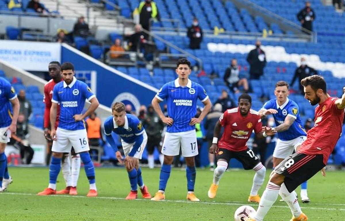 Bruno thực hiện thành công quả penalty ở phút 90+10 giúp M.U chiến thắng. (Nguồn: Reuters)