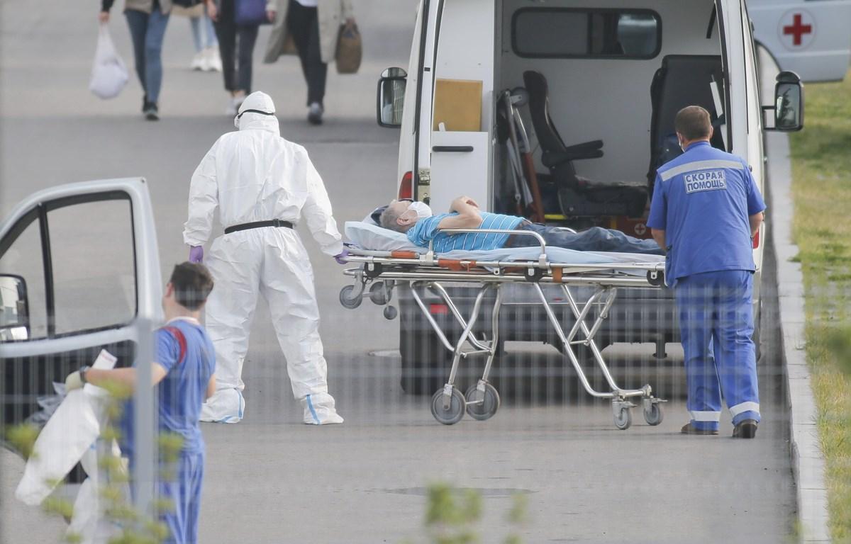 Nhân viên y tế chuyển bệnh nhân COVID-19 tới bệnh viện ở Kommunarka, ngoại ô Moskva, Nga ngày 25/9. (Ảnh: THX/TTXVN)