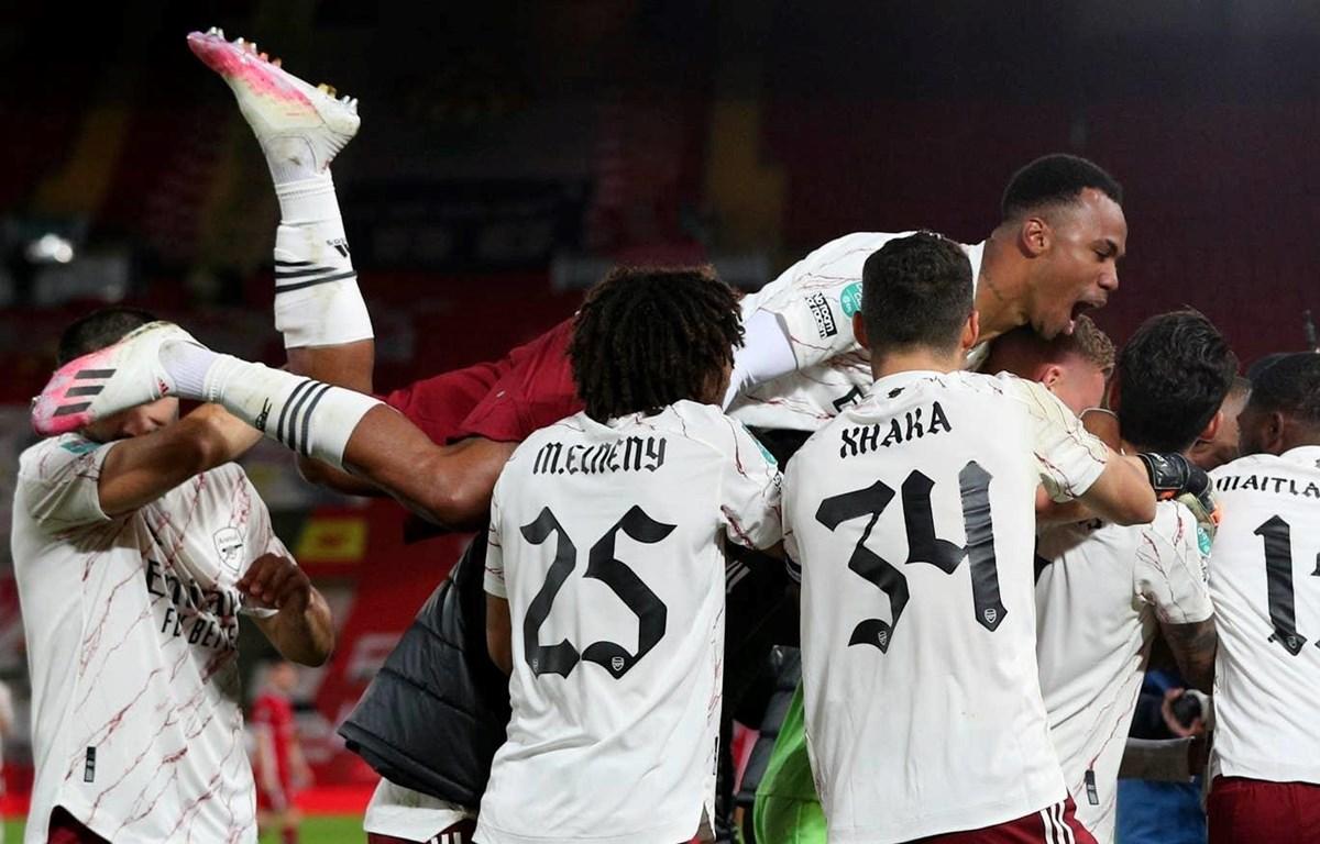 Niềm vui của các cầu thủ Arsenal sau khi đánh bại Liverpool ở loạt sút luân lưu. (Nguồn: AP)