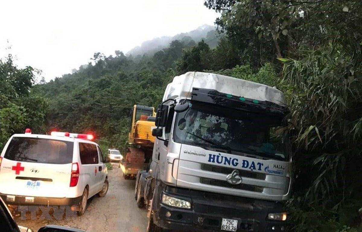 Xe cứu thương của lực lượng y tế tham gia cứu nạn các nạn nhân. (Ảnh: Lê Lâm/TTXVN)