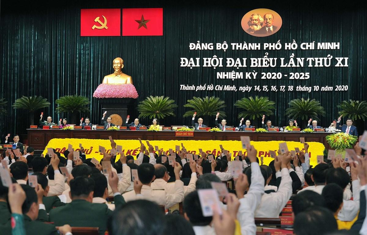 Các đại biểu biểu quyết thông qua danh sách Ban Chấp hàng Đảng bộ Thành phố Hồ Chí Minh nhiệm kỳ 2020-2025. (Ảnh: Thanh Vũ/TTXVN)