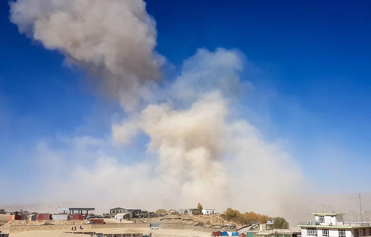 Khói bốc lên từ hiện trường vụ đánh bom xe nhằm vào trụ sở cảnh sát ở Feroz Koh thuộc tỉnh Ghor, Afghanistan, ngày 18/10. (Ảnh: AFP/ TTXVN)