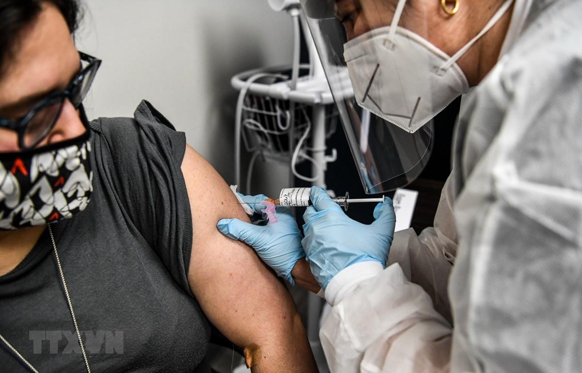 Tiêm vắcxin phòng COVID-19 tại Hollywood, Florida, Mỹ. (Ảnh: AFP/TTXVN)