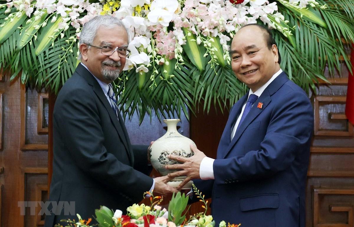 Thủ tướng Nguyễn Xuân Phúc tặng quà lưu niệm cho ông Kamal Malhotra, Điều phối viên Thường trú Liên hợp quốc tại Việt Nam. (Ảnh: Thống Nhất/TTXVN)