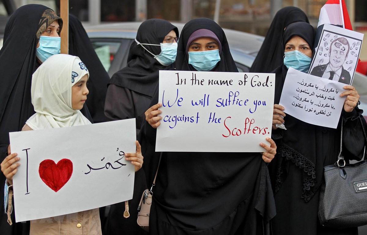 Tại thủ đô Baghdad của Iraq, người biểu tình kêu gọi tẩy chay hàng hóa Pháp như đã diễn ra tại các siêu thị ở Qatar và Kuwait, hoặc tại Jordan và Thổ Nhĩ Kỳ nhằm phản đối phát ngôn của Tổng thống Pháp Emmanuel Macron. (Ảnh: AFP/TTXVN)