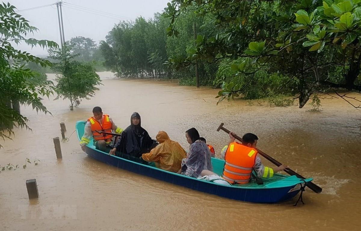 Di chuyển người dân ra khỏi khu vực ngập lũ tại huyện Cam Lộ, tỉnh Quảng Trị. (Ảnh: Thanh Thủy/TTXVN)