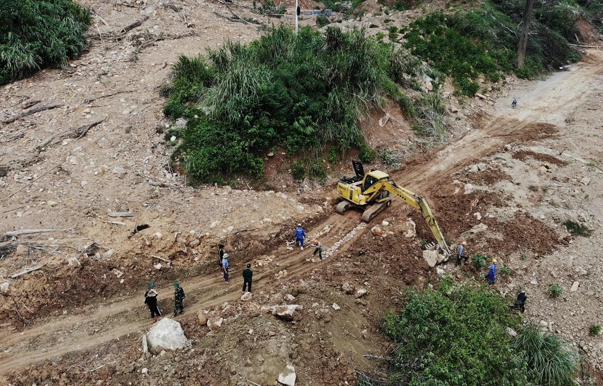 Hình ảnh san lấp, khắc phục tình trạng sạt lở đường dẫn vào xã Trường Sơn cách đây 10 ngày. (Ảnh: Danh Lam/TTXVN)