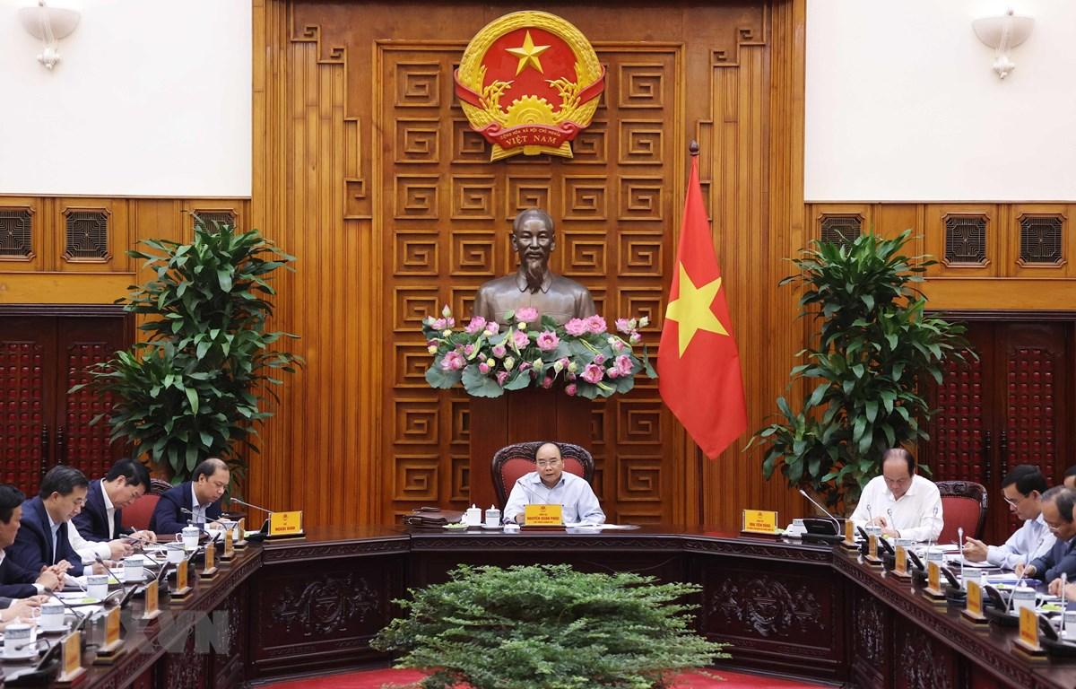 Thủ tướng Nguyễn Xuân Phúc chủ trì cuộc họp về công tác chuẩn bị cho Hội nghị Cấp cao ASEAN lần thứ 37 và các hội nghị cấp cao liên quan. (Ảnh: Thống Nhất/TTXVN)