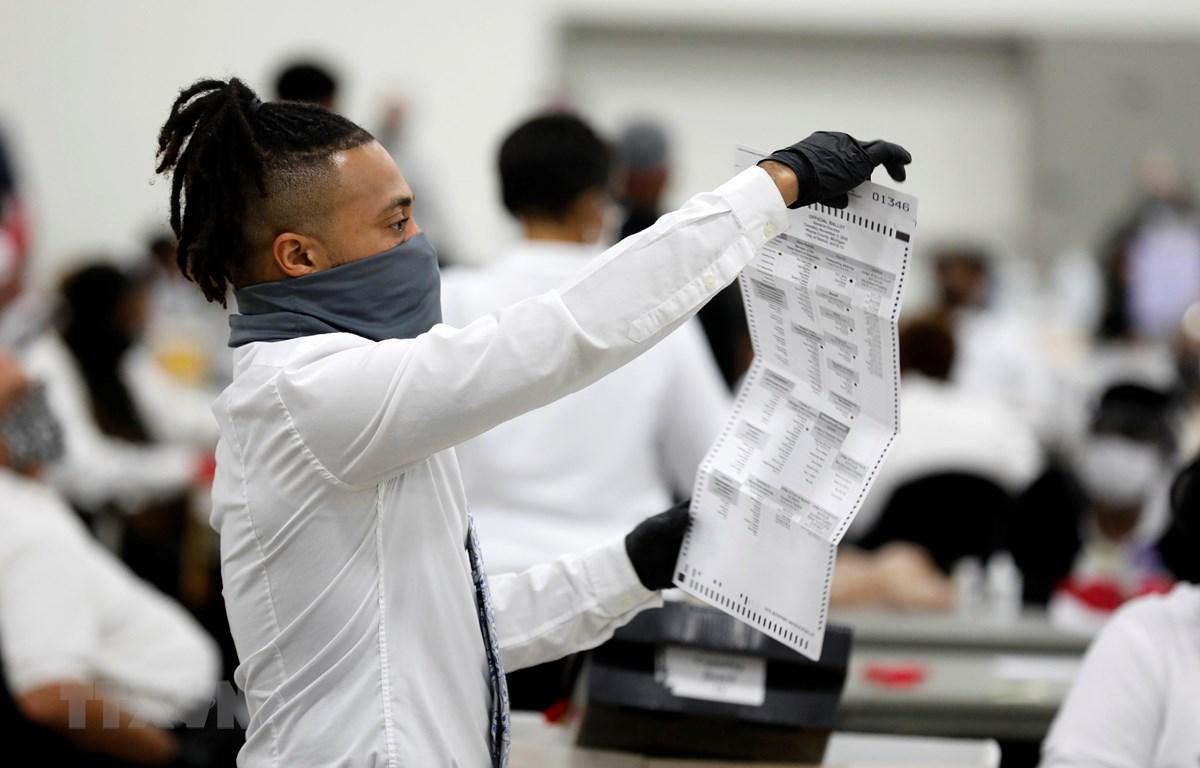 Nhân viên bầu cử Mỹ kiểm phiếu phổ thông được bỏ qua đường bưu điện. (Ảnh: AFP/TTXVN)