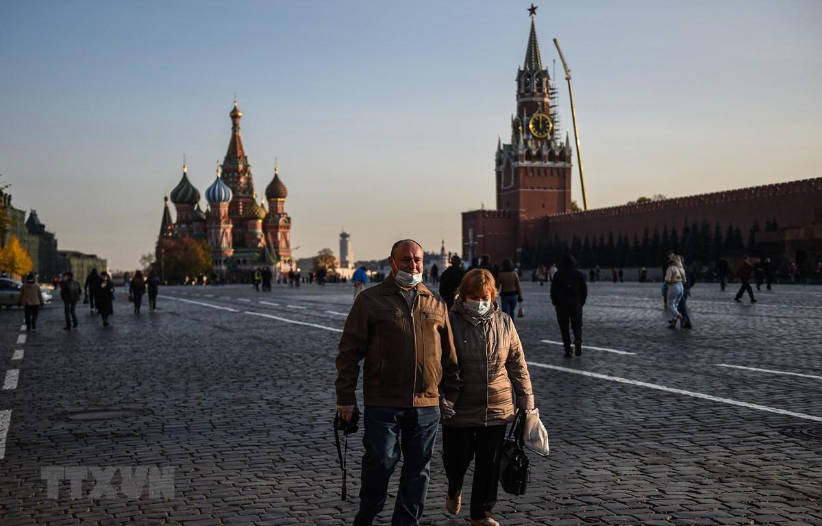 Người dân đeo khẩu trang phòng lây nhiễm COVID-19 tại Quảng trường Đỏ ở Moskva, Nga. (Ảnh: THX/TTXVN)